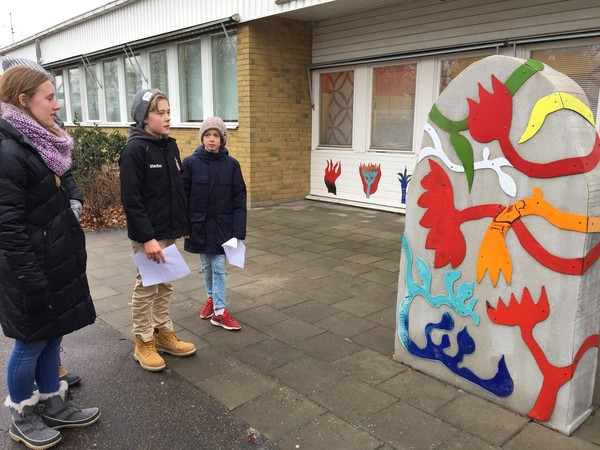 "Our sixth grade guides tell us about the significance of their school logo, the tulip.<a href=""/reason/images/740251_orig.jpg"" title=""High res"">∝</a>"