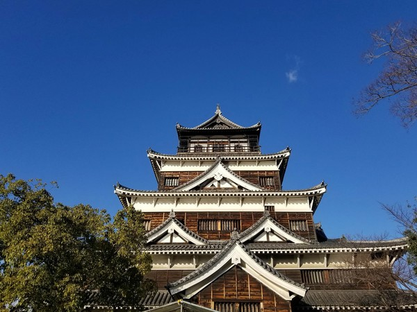 "Hiroshima Castle, which was reconstructed in 1958 after being destroyed by the atomic bombing on August 6, 1945.<a href=""/reason/images/801256_orig.jpg"" title=""High res"">∝</a>"