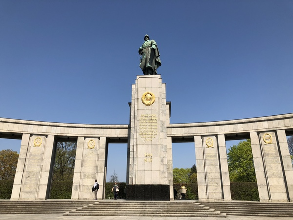 "The Soviet War Memorial was just one stop on our 3 hour tour of different memorials in Berlin.<a href=""/reason/images/812392_orig.jpg"" title=""High res"">∝</a>"