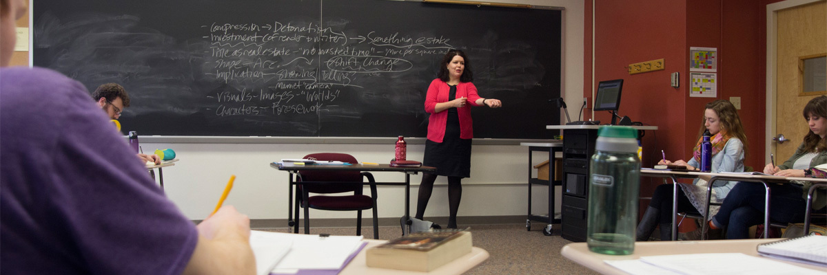 Dr. Amy Weldon teaches Advanced Creative Writing to students.