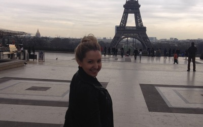 Hanna in front of the Eiffel Tower