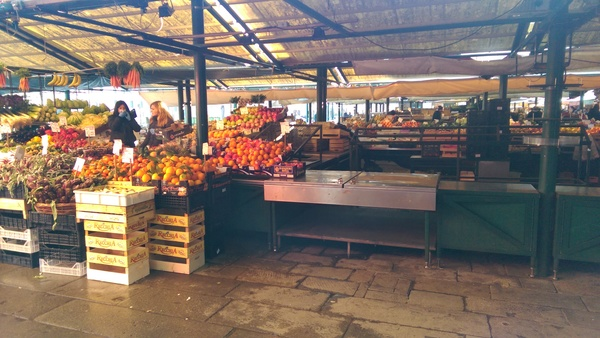 "The Rialto Market just outside the Guerrato! Fresh fruit every morning!<a href=""/reason/images/670911_orig.jpg"" title=""High res"">∝</a>"