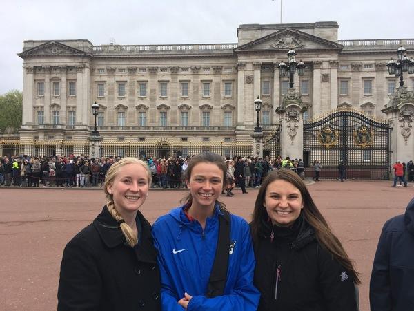"Taylor, Erin, and Kia after the changing of the guard at Buckingham Palace.<a href=""/reason/images/813946_orig.jpg"" title=""High res"">&prop;</a>"