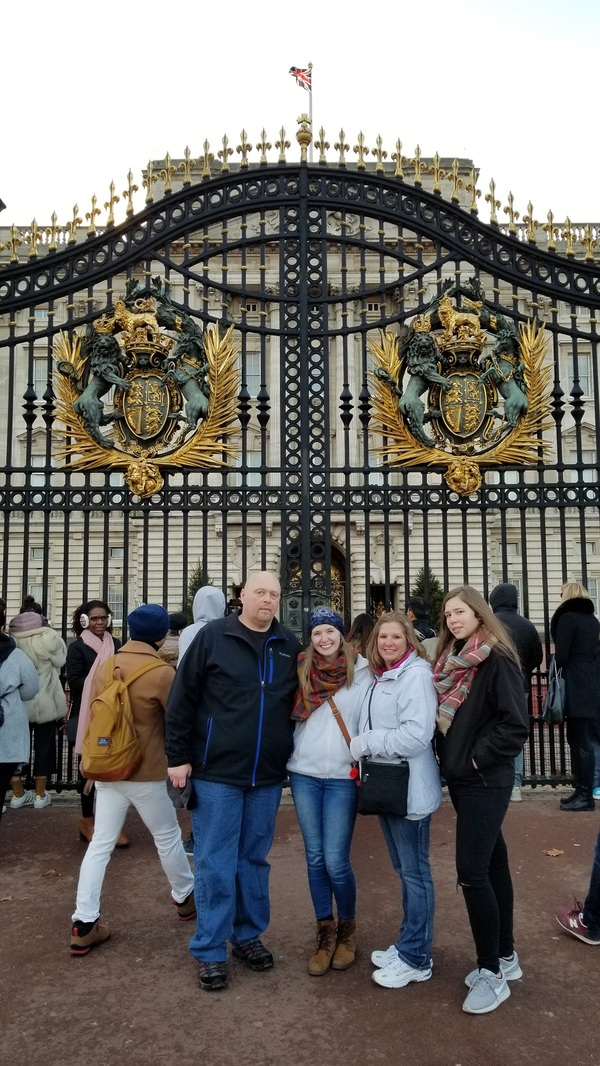 "Family by Buckingham Palace<a href=""/reason/images/800979_orig.jpg"" title=""High res"">∝</a>"