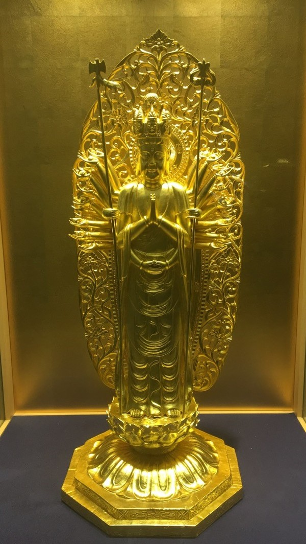 "A statue covered in gold leaf, of which Kanazawa produces 99% of the gold leaf found in Japan.<a href=""/reason/images/798992_orig.jpg"" title=""High res"">∝</a>"